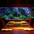 幻想的に光る水槽。美しい魚たち。非日常的な空間で美味しいディナーをお楽しみ下さい。