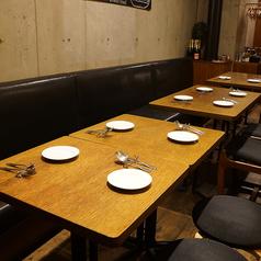半ソファーテーブル席、オープンキッチンを見ながら、つなげれば仲間でワイワイ楽しめます♪