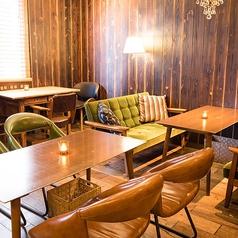 みんなの憧れカリモク60モケットグリーン!広々とした木のテーブルが居心地のいい4名席はソファ席とチェア席の2テーブルあります。