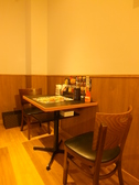 解放感たっぷりの店内は居心地◎お1人様から寛いで過ごせるカウンター席をはじめ、テーブルの席と席の感覚もゆったりとしているので、寛いでお食事出来ます♪