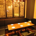 【2階のテーブルソファー席】8名様までご利用頂ける、奥のテーブルソファー席。シャンデリアとお洒落な窓ガラスが特徴のお席です。