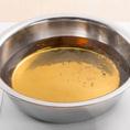 出汁の入った鍋を中火でゆっくり沸かします。ぐつぐつ沸かさないのがコツ!!