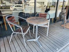 暖かい時期限定でテラス席もございます。