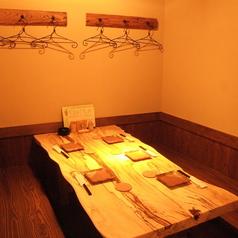 6名様迄可能のテーブル席。温かみのある木目のインテリアにホッとくつろいで。