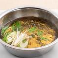 出汁から湯気が立ちあがったら、水菜やねぎをなべにいれます。