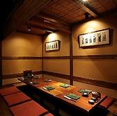 リラックスできると人気の掘りごたつ式個室は5名様以上で完全個室としてご案内、2名様~4名様だとすだれで仕切った半個室で案内します。