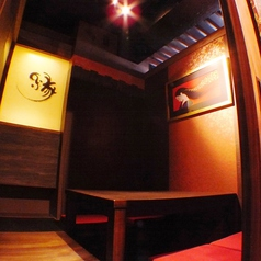2名様からご利用可能な完全個室です。4名様用個室を4部屋ご用意しています。京都をイメージさせる和モダンな空間です。