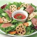 料理メニュー写真生ハムのサラダ トマトコラーゲンドレッシング