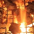 炭火で焼きあげる広島赤鶏は香ばしくジューシー。