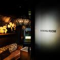 豪華なシャンデリアにラグジュアリーなソファー!新宿TOPクラスの喫煙ルーム。ワンランク上の贅沢な空間でお寛ぎください。