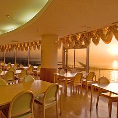 広々としたフロアは日の光が差し込み響灘を眺めながらお食事が楽しめます。ご家族で・ご友人でお楽しみください。