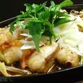 料理メニュー写真ホルモンと青野菜の塩ダレ炒め・キムチ味噌ホルモン炒め