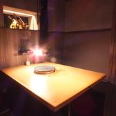 テーブル席完全個室4名席。上質な個室空間は接待や食事会、デートに◎