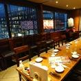 ほのかな照明で落ち着いた雰囲気のテーブル席は、各種宴会や打ち上げなど大人数でのご利用に最適。温かみのある木目調の店内で、ゆったりとお過ごしいただけます。38名(着席時) 50名(立食時)