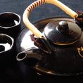 燗の焼酎は水で前割りにして黒ヂョカで温めてお出しします。焼酎通に人気の飲み方です♪