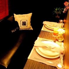 ★大人気★ミエーレのおしゃれで可愛い、雰囲気抜群なカップルシート♪デザイナー空間につつまれたゆったりソファーとキャンドルが可愛いとロマンチックを演出してくれます★半個室になってるので二人だけの空間を楽しめます♪ミエーレのカップルシートはデート・記念日・誕生日・ディナー・ランチにぴったり♪