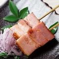 料理メニュー写真厚切りベーコン串(2本)