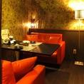 2名様~4名様の、落ち着いた赤いソファー個室はデートにもぴったり♪