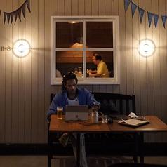 テラス席もございます。お仕事帰りにテラスでモダンな照明に照らされながら飲むビールは実にsexy,お一人様のご利用も多く頂いています。