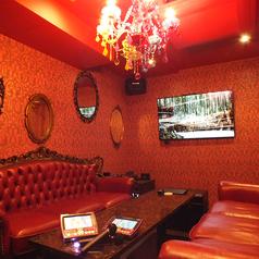 シャンデリアが映えるおとぎの国の女王風のお部屋。フォトジェニックすぎる豪華なお部屋で女子会はいかがでしょうか?