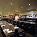 オープンキッチンの前で臨場感あるテーブル席も多数ご用意しております!開放感のある空間は、目線も届きみんなでワイワイとできるため、人気のテーブル席となっております。当店自慢のサントリー ザ・プレミアム・モルツを飲みながら会社での大人数の宴会や、女子会、合コンなどでぜひ盛り上がりましょう!