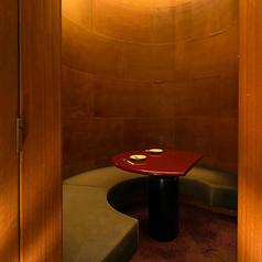 人気の半個室席。筒状の不思議な空間。