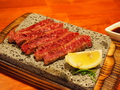 料理メニュー写真溶岩石ハラミ焼