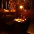 最大で8名様のご宴会にご利用いただけます。少人数でのお食事会に便利な、2~4名様用のテーブル席です。隠れ家のようにシックな空間と居心地の良さで、会社仲間やご友人同士の会食におすすめです。しっかりとした情緒漂う店内でテーブルを囲み、定番の料理からお酒までを心ゆくまでご満喫ください。席のみのご予約もOk◎