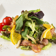 料理メニュー写真しめじとカリカリベーコンのサラダ