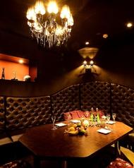 Room-C黒の革張りソファが高級感を漂わせるシックなお部屋。パーティーゲームもできる優雅な個室です。