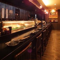 店内入ってすぐ左のカウンター席。目の前で寿司を握る職人の技を間近で見る事が出来ます。大人のデートなどにもぴったりです。