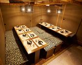 ◆中人数個室席のご紹介◆市街の喧騒とは無縁の別世界へ。優しく灯る間接照明が包み込み、和の温もりをいっそう色鮮やかに演出。◆団体様個室席のご紹介◆団体様の個室席もご用意致しております。和柄の襖と、和の象徴でもある木に包まれた個室は独特の柔らかさと、荘厳さを醸し出します。