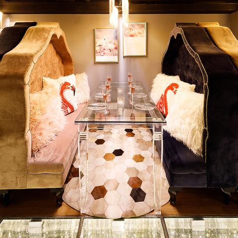 【思わず写真を撮りたくなるような店内】照明や小物にもこだわり♪女王様になった気分を味わえるようなソファーになっております!女子会・誕生日会・合コンにもピッタリの空間となっております◎