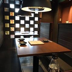 市松模様のような壁がモダンな印象のテーブル席。温かみのある照明なのでリラックスして焼き肉をお愉しみいただけます。グループでの焼き肉ランチや、お酒もともに愉しむ焼き肉ディナーにも最適な雰囲気です。