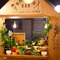 農園を体験するように、専用コーナー「SWEET BAR」で好きな新鮮野菜8種類をまさに「収穫」して楽しめる遊び心のあるメニュー。アンチョビが効いたバーニャカウダソースと一緒にいただきます。