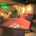2名~6名の円卓ソファは大人気のゆったりしたお席。背もたれが高いので周りを気にせずにプライベート空間が保たれます。