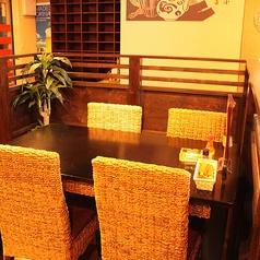 店内ホール中心部の開放的な雰囲気のテーブル席