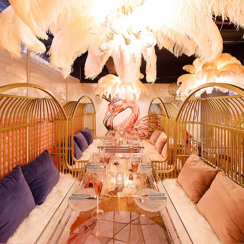 【6名様~10名様ソファー席】広々とした空間でシェフ自慢のお料理とお酒が味わえるお店となっております!お得なプラン、お得なクーポン多数ございますので新宿で誕生日会や女子会の際は是非ご利用下さい。