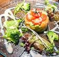 料理メニュー写真サーモンとアボカドのマリネ