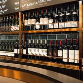人気のカウンター席。ずらっと並んだワインが印象的◎ワイン好きにはたまりません!