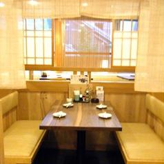 通常のテーブル席よりプライベート感を楽しめるBOX席となっております。窓側の爽やかなお席は昼宴会にも最適です。