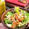 料理メニュー写真自慢のドレッシングサラダ~生野菜とエビとホタテのマリネ~