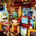 店内にはハワイアン雑貨が飾られ、明るく陽気な音楽が♪