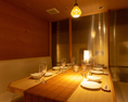 こちらの個室は温かみのあるダウンライトが心地よく、落ち着いた雰囲気が自慢のテーブル席です。通常6名様ですが、4名様までを推奨