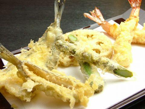 目の前で揚げていただく、素材の旨味を閉じ込めた季節の天ぷらを心ゆくまま…
