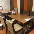 明るく広い店内は、ご家族、ご友人とのお食事にぴったり☆バラエティ豊かな本格お料理のラインナップを食べながら、楽しくお過ごし頂ける空間をご用意しております♪(可動式のテーブルなので大人数でのご来店でも対応可です。)