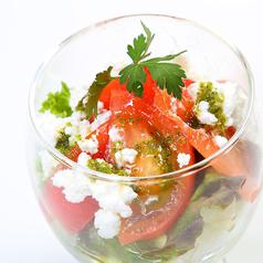 料理メニュー写真トマトとチーズのプチグラスサラダ
