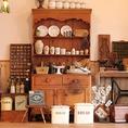 陶器のグラスやヴィンテージ品が並ぶ店内。眺めているだけでも十分楽しめますよ♪