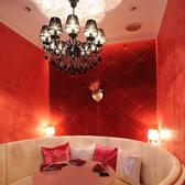 女子会人気NO1の個室です。5名様用のお姫様ソファー個室。黒のシャンデリアがアクセントです。