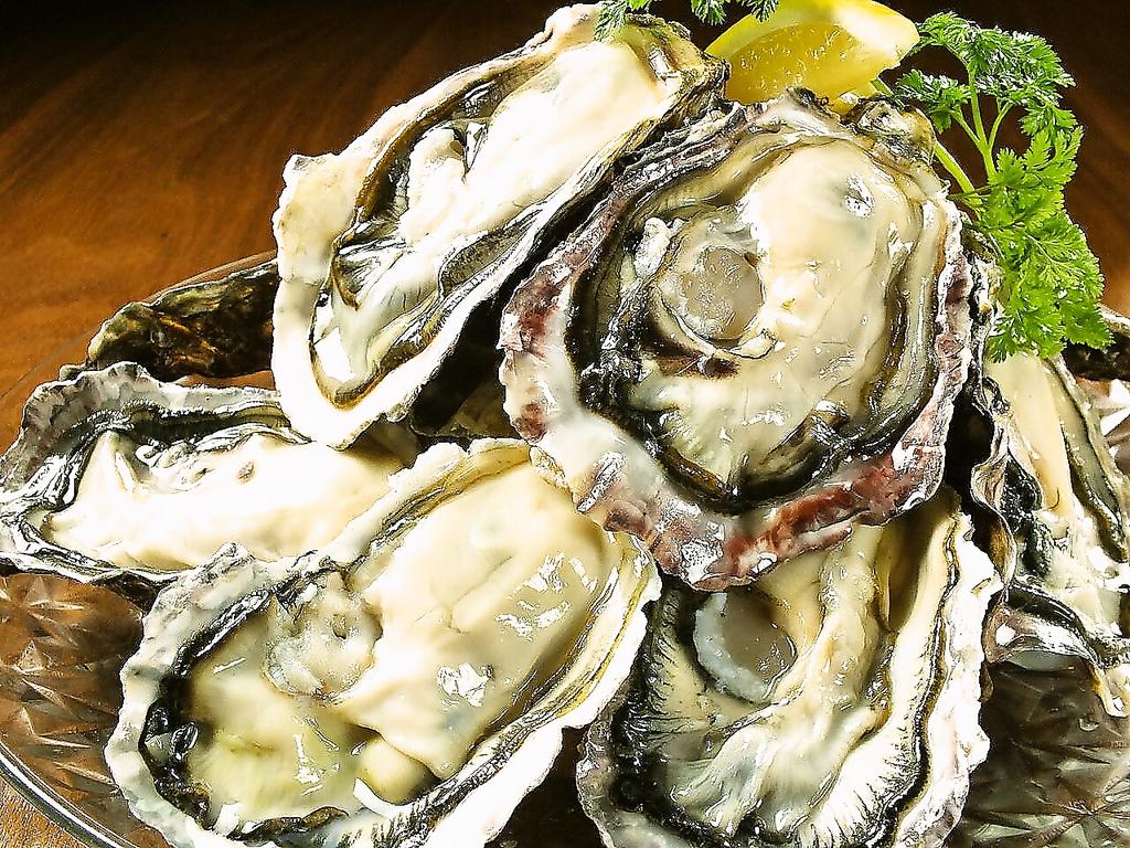 サロマ産の殻つきの牡蠣。白ワインで蒸すことで旨みが凝縮されます。